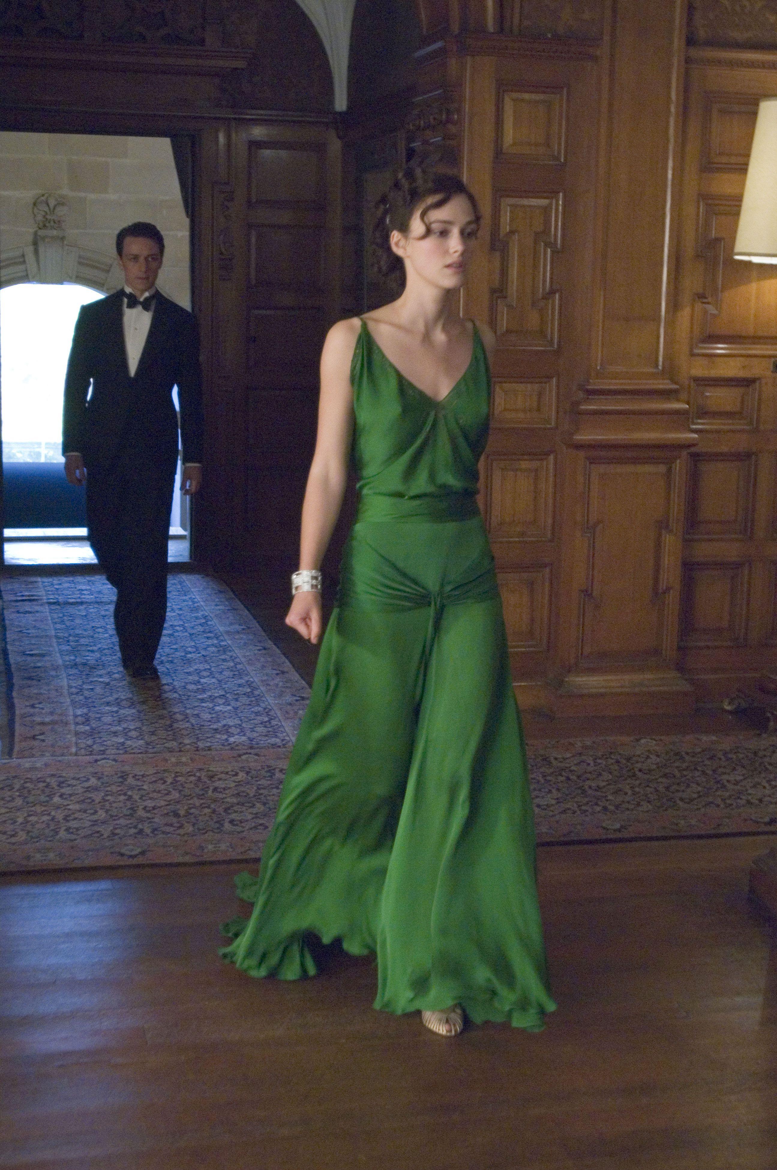 Keira Knightley đầm bias-cut xanh rêu trong bộ phim điện ảnh Atonement