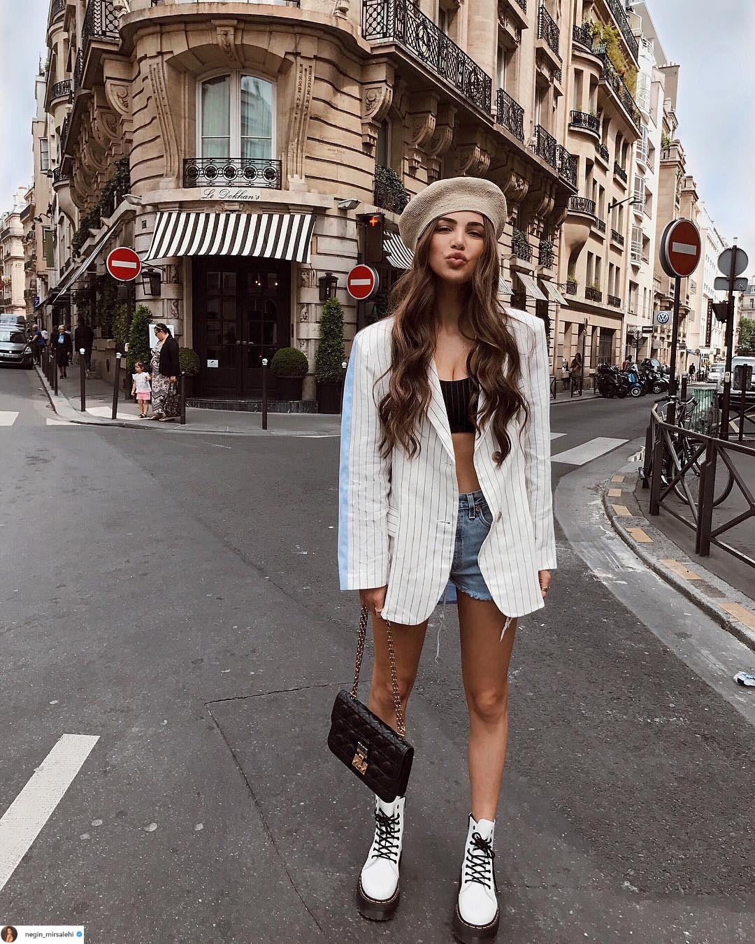 cô gái mặc shorts, áo bơi và áo khoác blazer