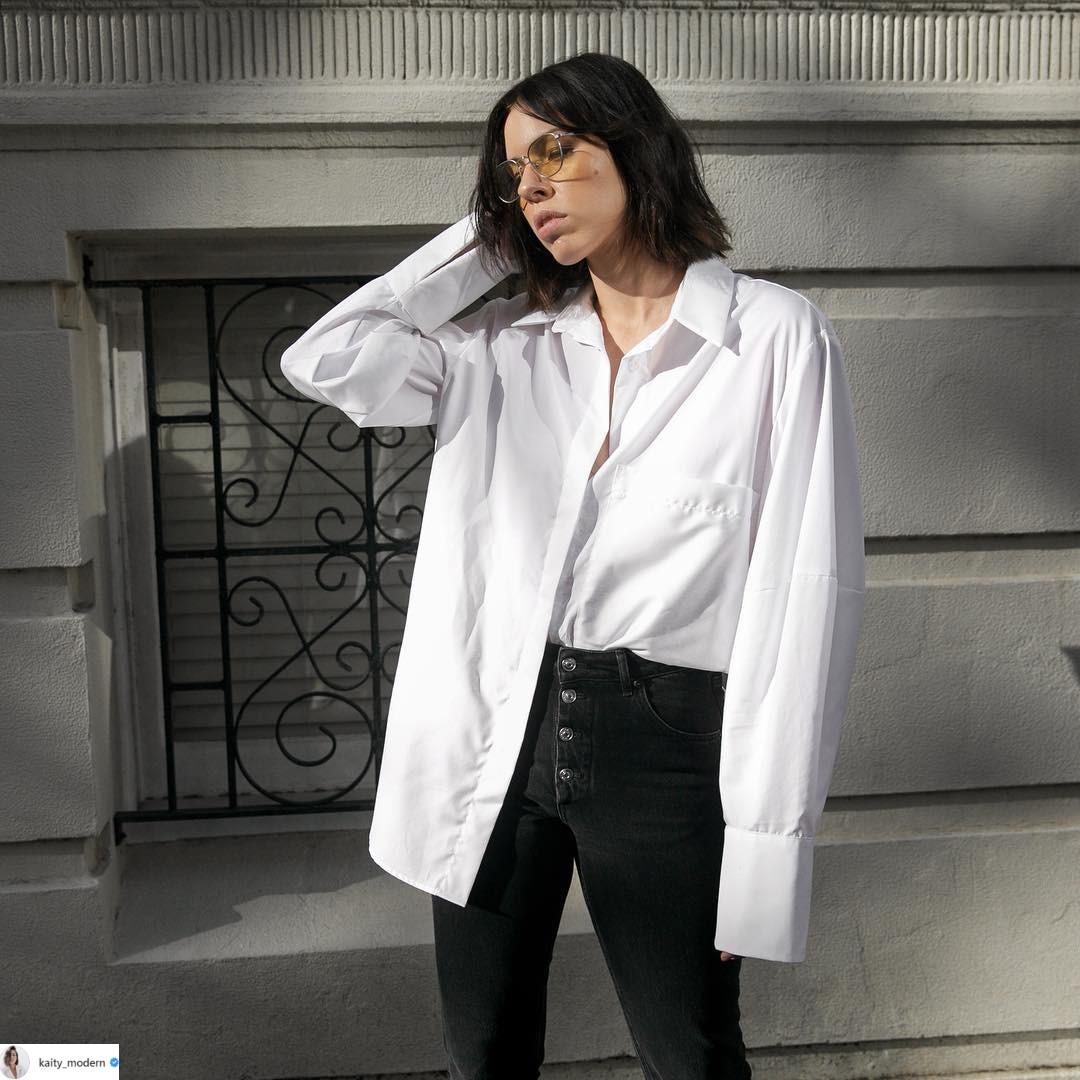 áo sơmi trắng tay dài và quần skinny đen