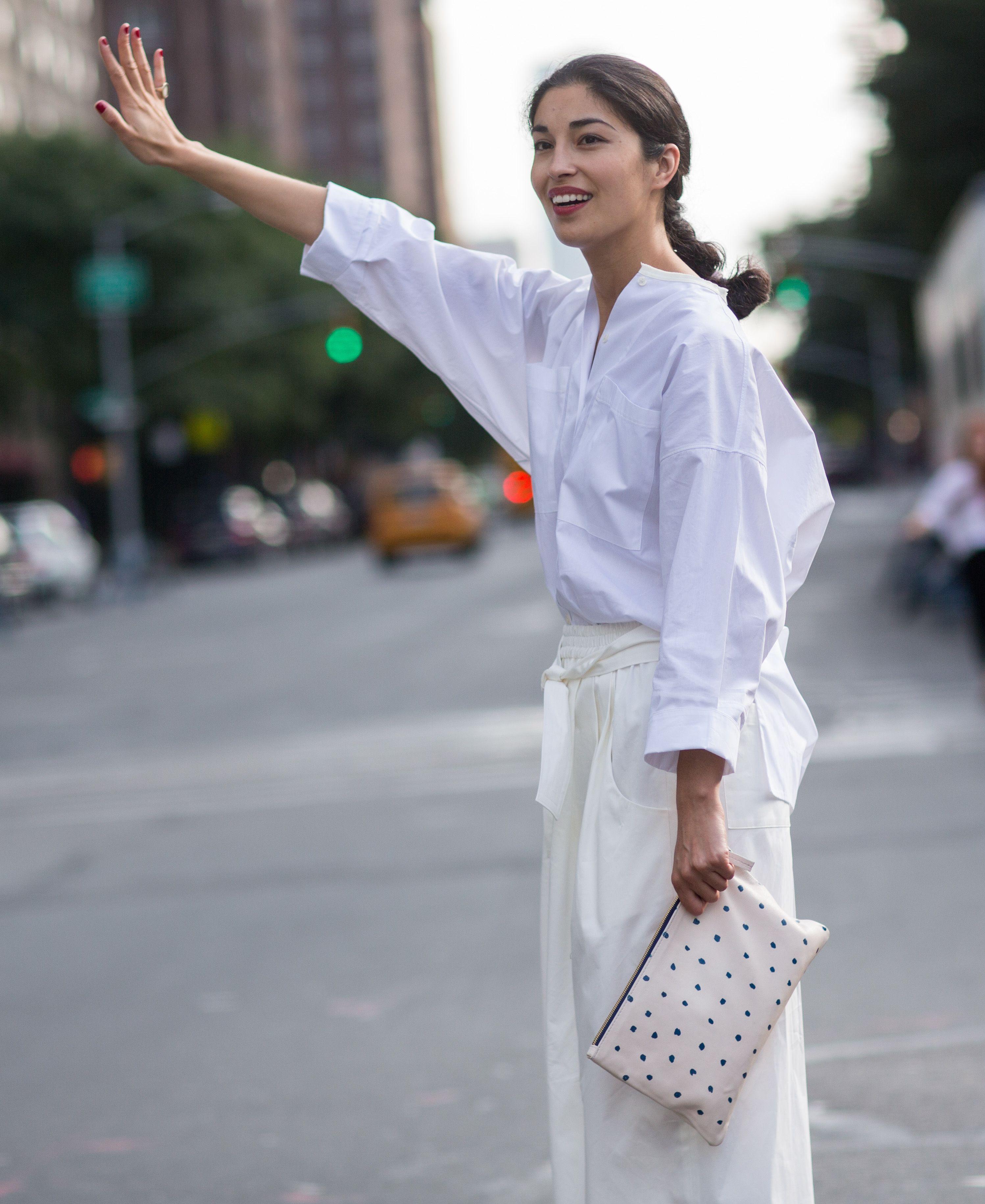 chọn áo sơmi trắng và chân váy trắng