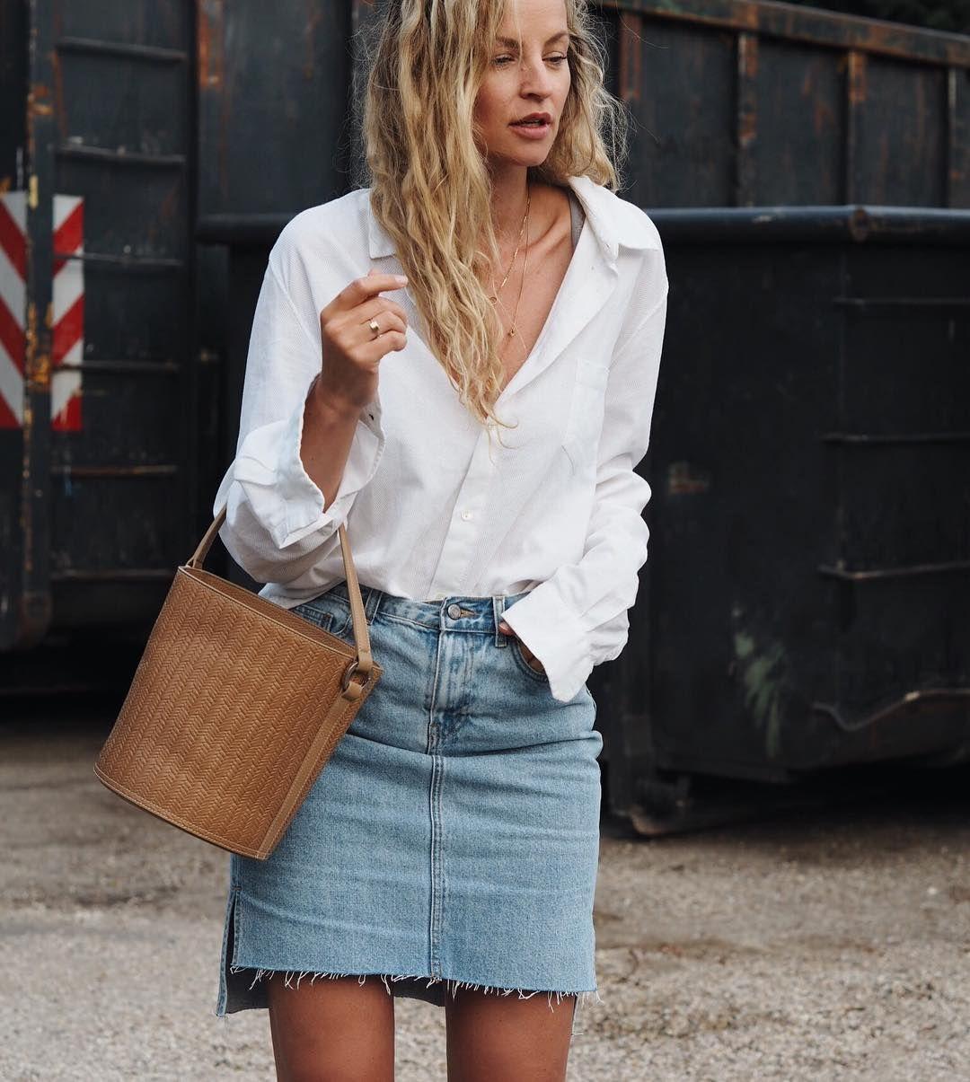 chọn áo sơmi trắng và chân váy jean