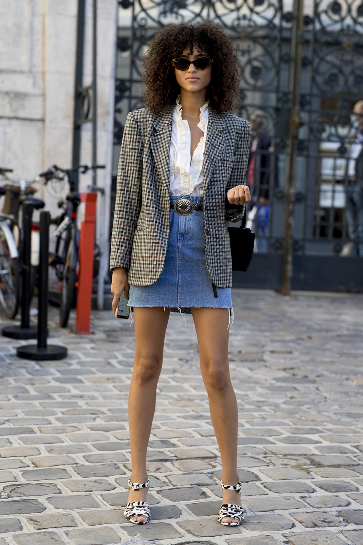 trang phục denim theo phong cách smart causual với chân váy và áo blazer