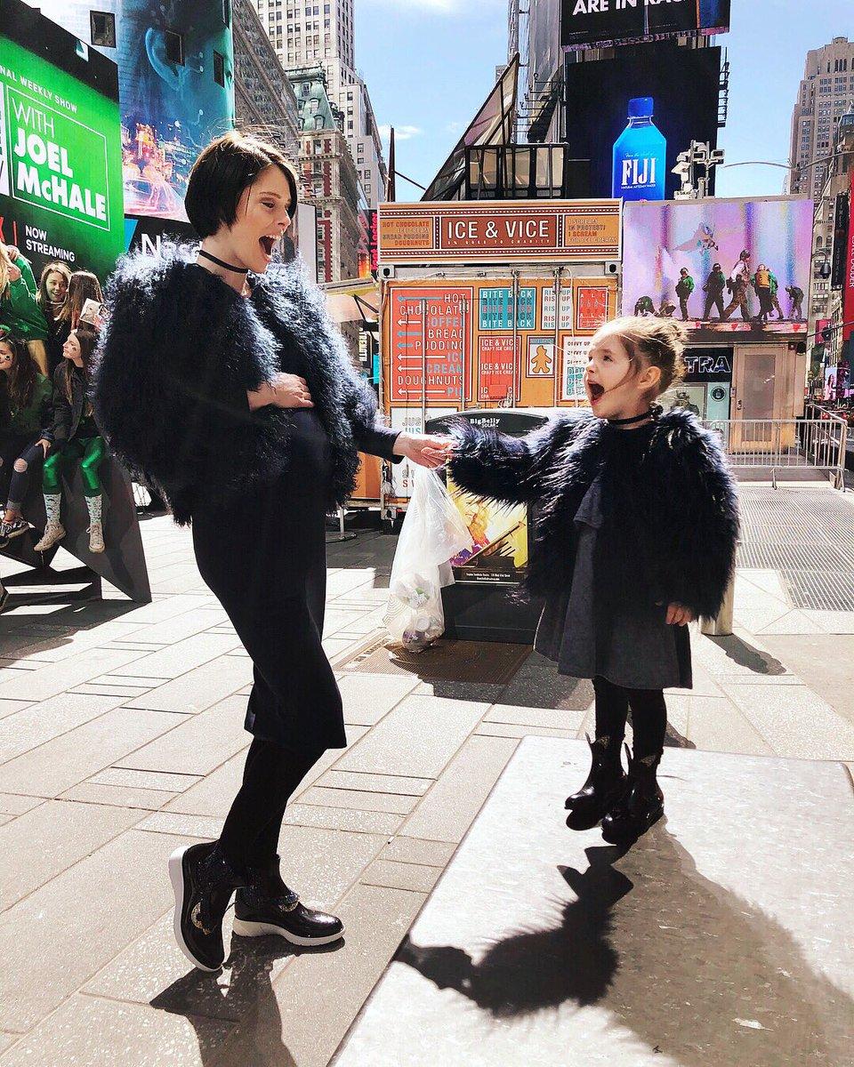 Coco Rocha và Ioni Conran dạo phố