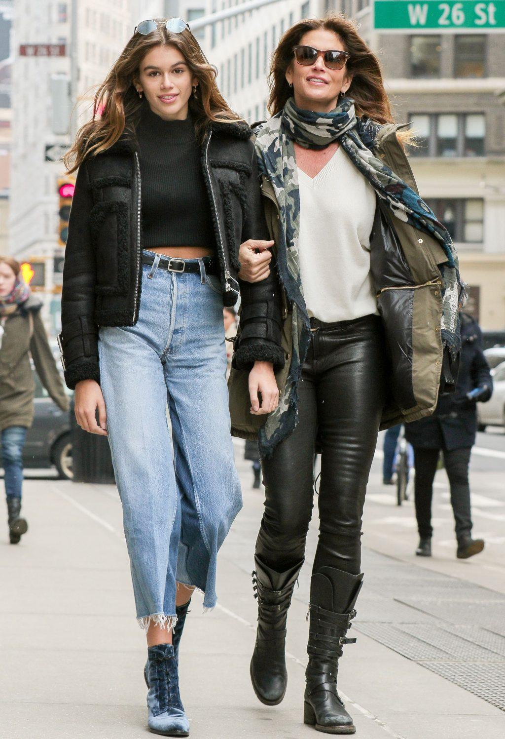 phong cách thời trang đường phố Cindy Crawford và Kaia Gerber