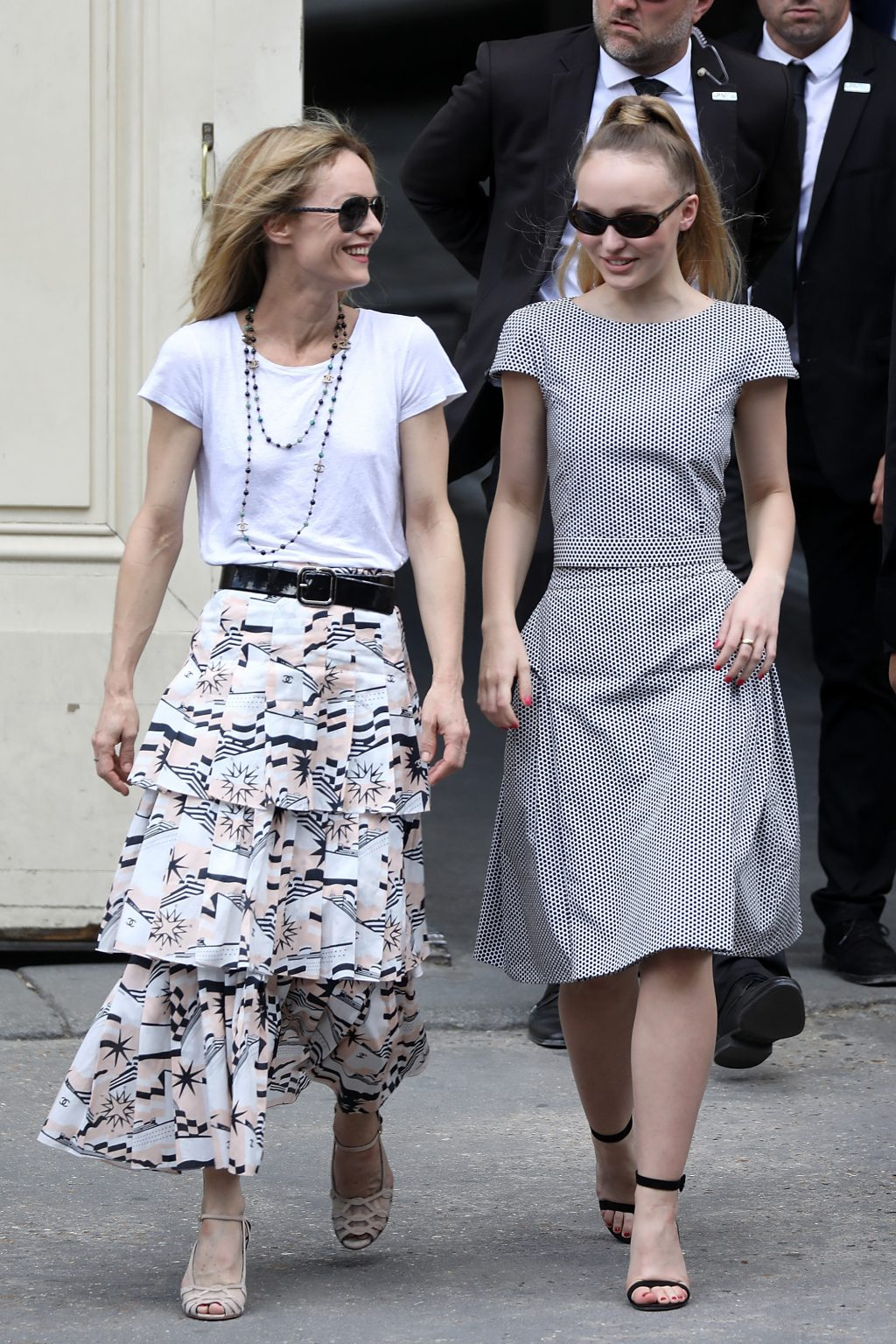 Vanessa Paradis dạo phố cùng Lily-Rose Depp
