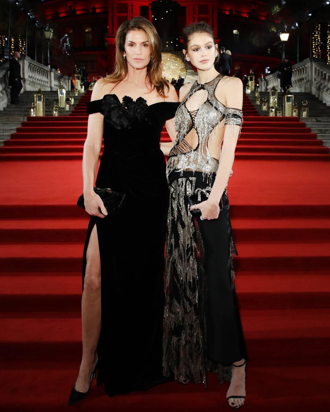 phong cách thời trang thảm đỏ Cindy Crawford và Kaia Gerber