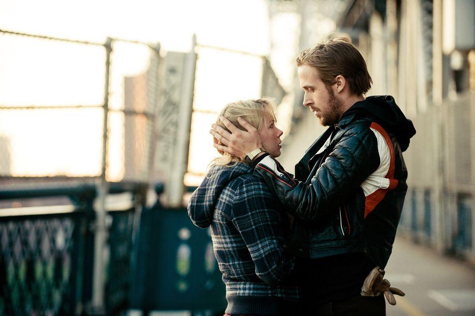 cặp đôi nhìn vào mắt nhau trong phim điện ảnh Blue Valentine
