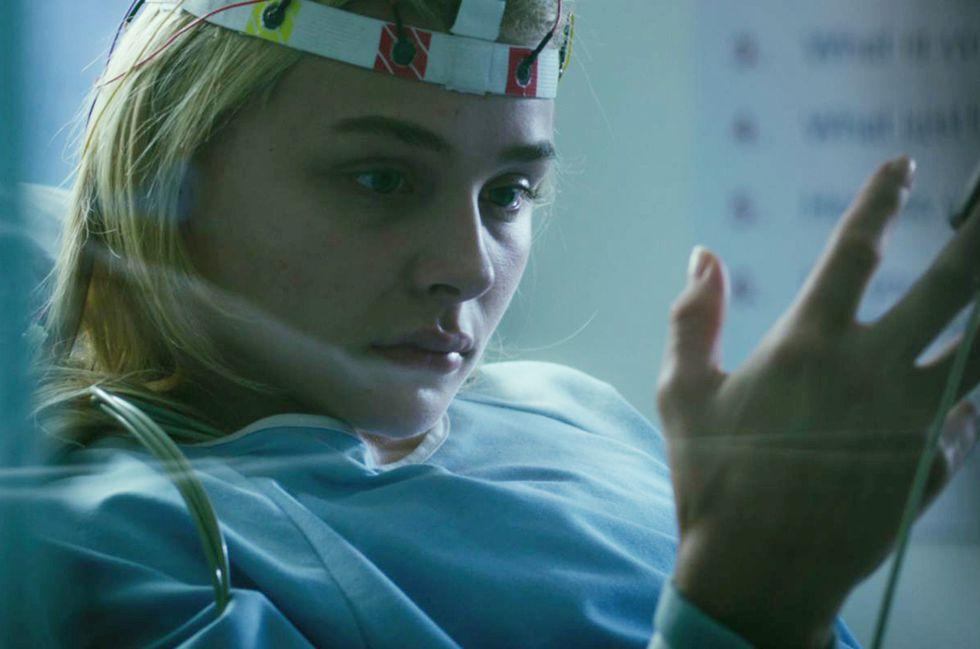 nữ bệnh nhân đang nhìn vào bàn tay