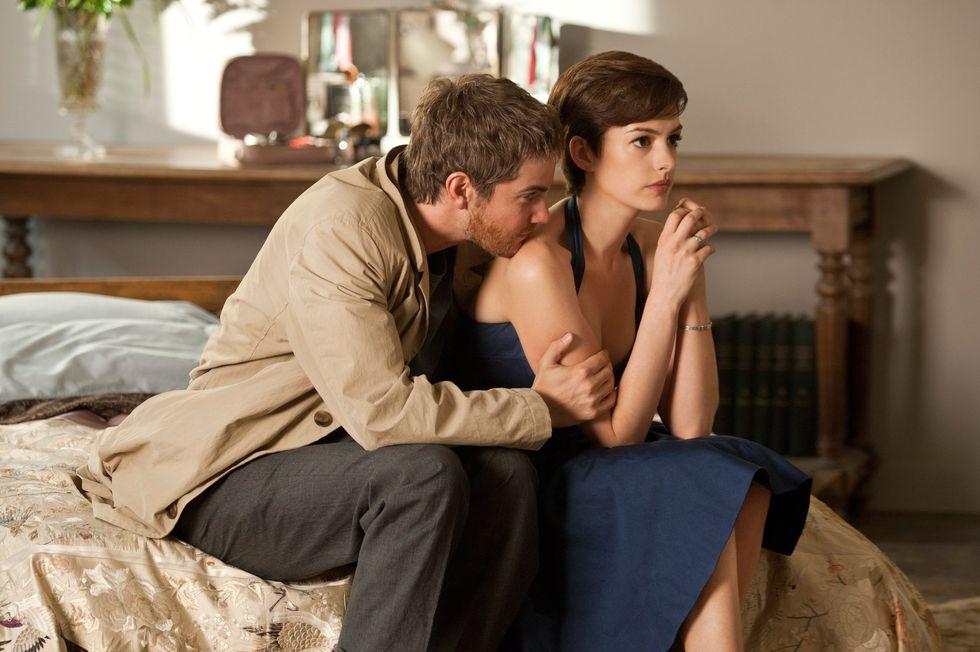 cặp đôi ngồi trên giường trong phim điện ảnh One day