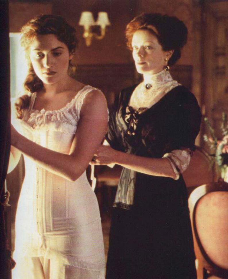 áo corset hình chữ S xuất hiện trong phim Titanic khi người mẹ cố gắng mặc cho nhân vật Rose