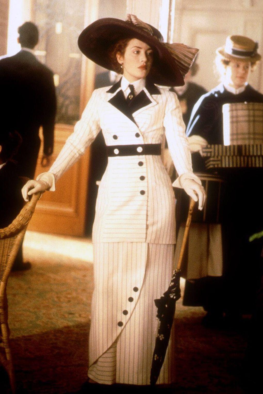 Rose (Kate Winslet) trong phim Titanic diện chân váy hobble cùng sơmi, nơ, áo khoác, găng tay và mũ rộng vành