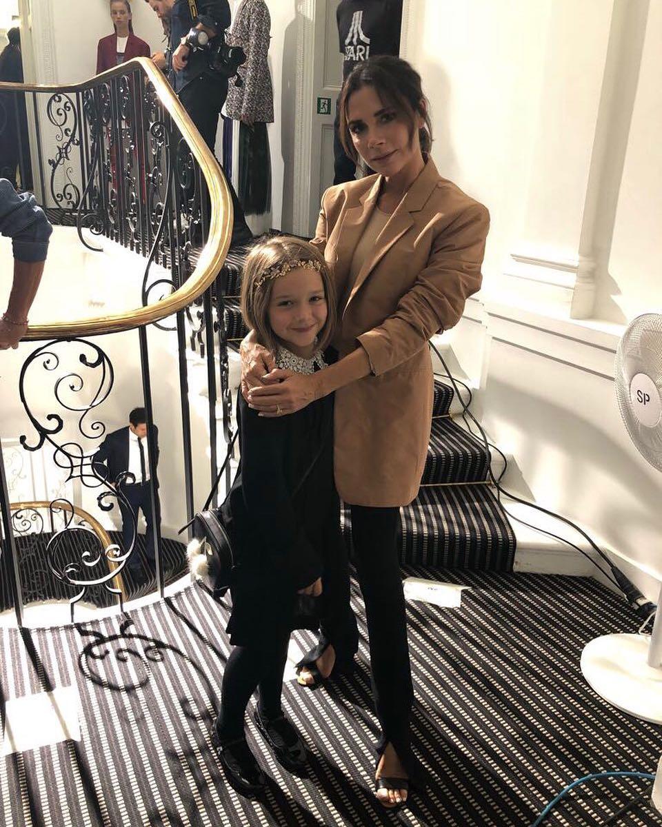 Victoria Beckham ôm Harper Beckham