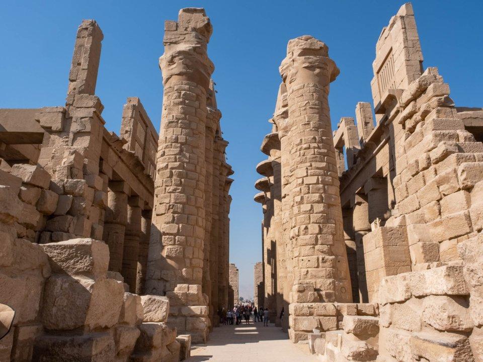 các cột đá cổ xưa ở đền karnak ở ai cập