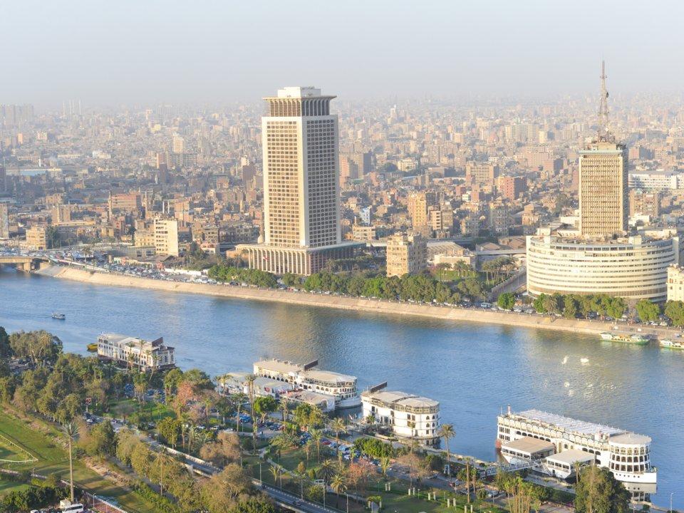 các tòa nhà cao tầng bên bờ sông ở ai cập