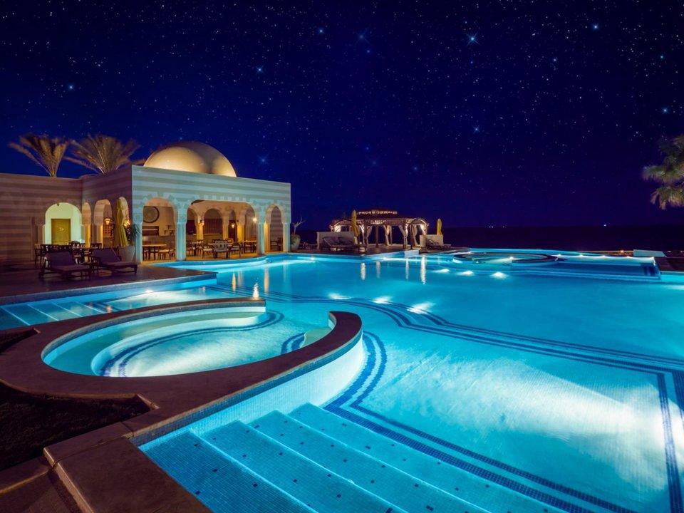hồ bơi bên trong The Oberoi Beach Resort bên bờ Biển Đỏ