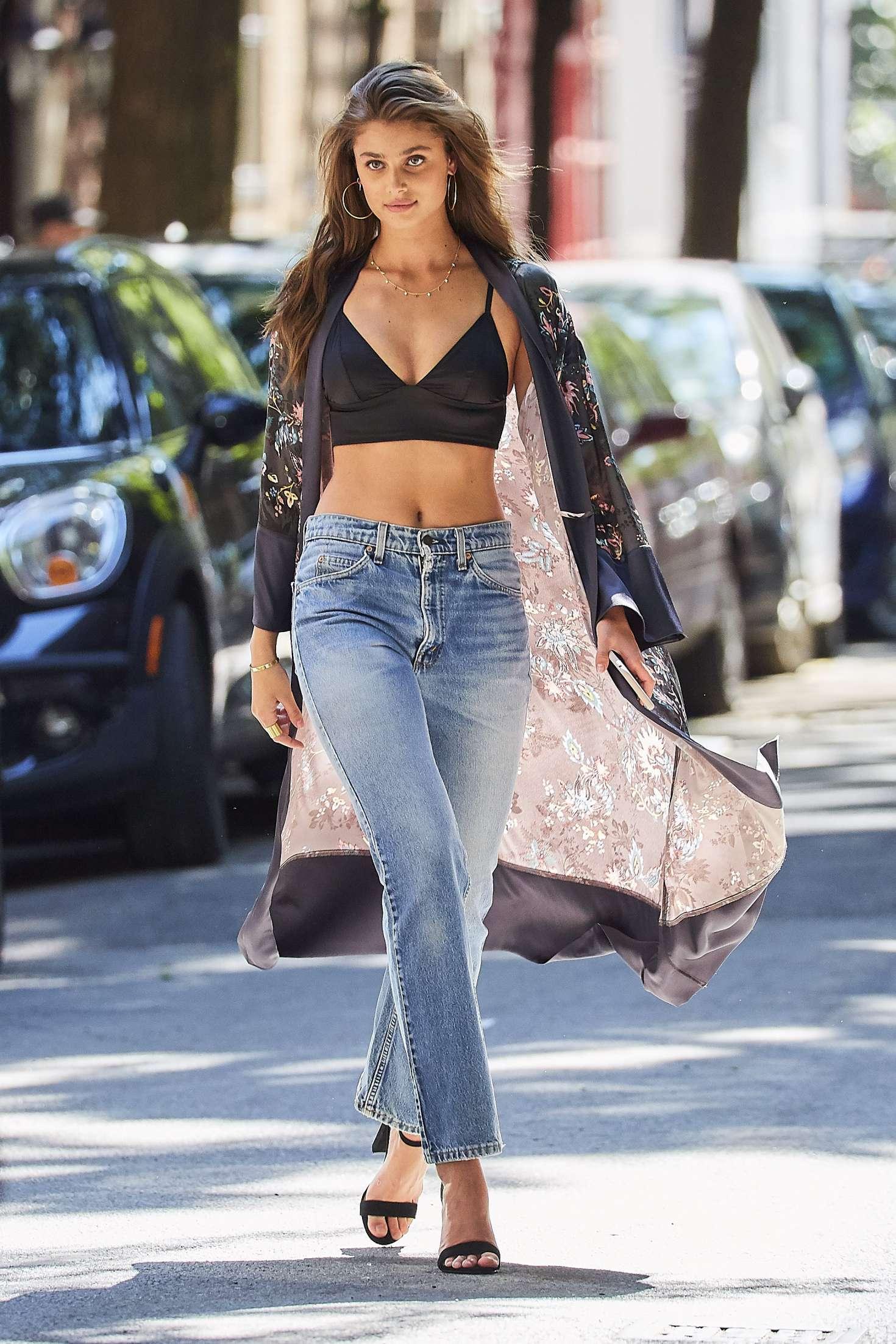 áo crop top đen và quần jeans