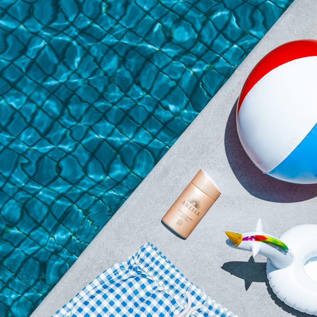 Kem chống nắng với những thành phần dịu nhẹ và khả năng chống trôi trong nước và mồ hôi sẽ thích hợp cho các bé.