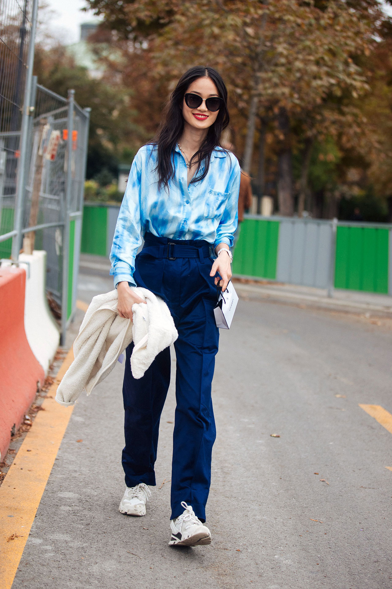 áo sơmi tie dye và quần dài