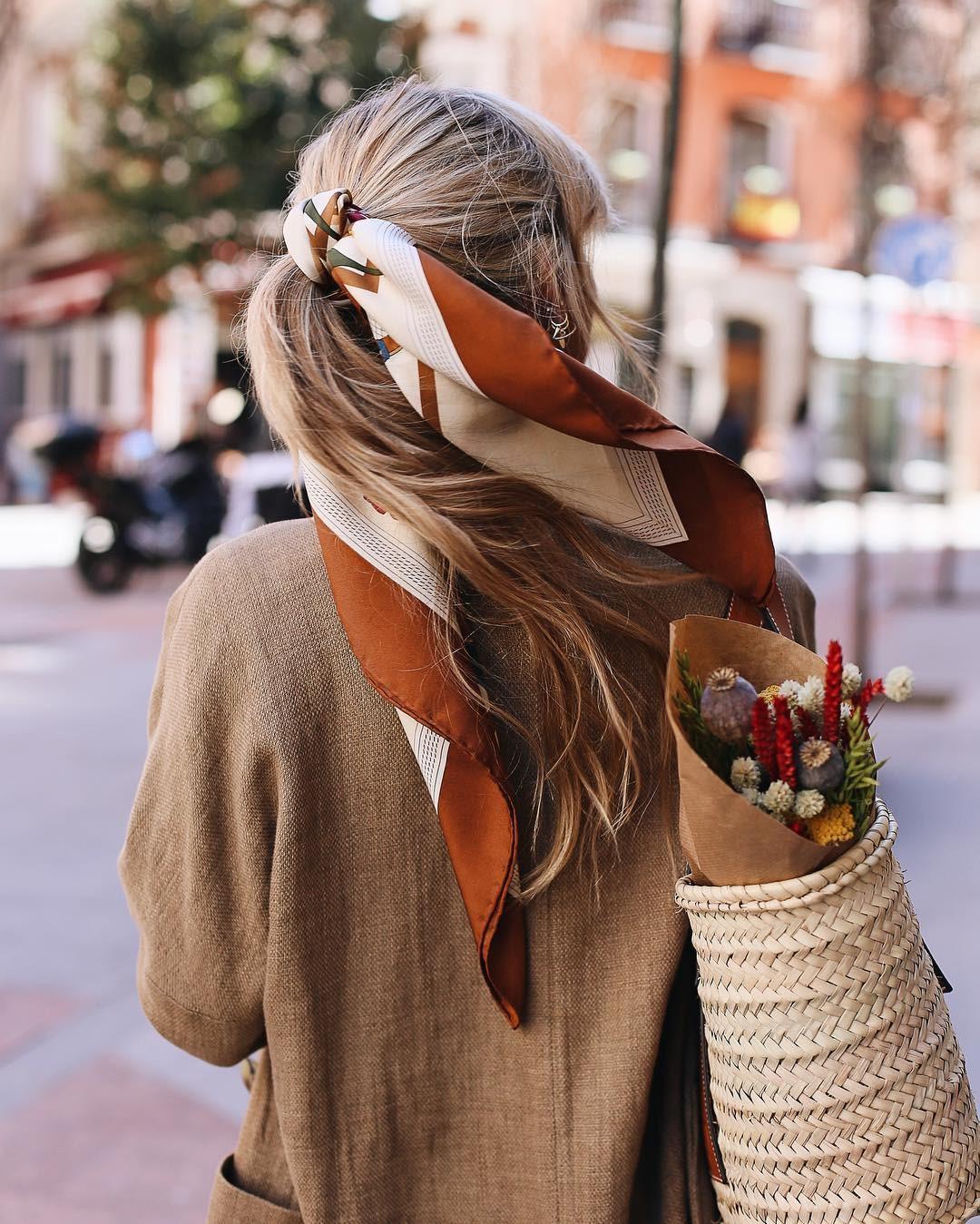 khăn turban buộc tóc và áo khoác nâu