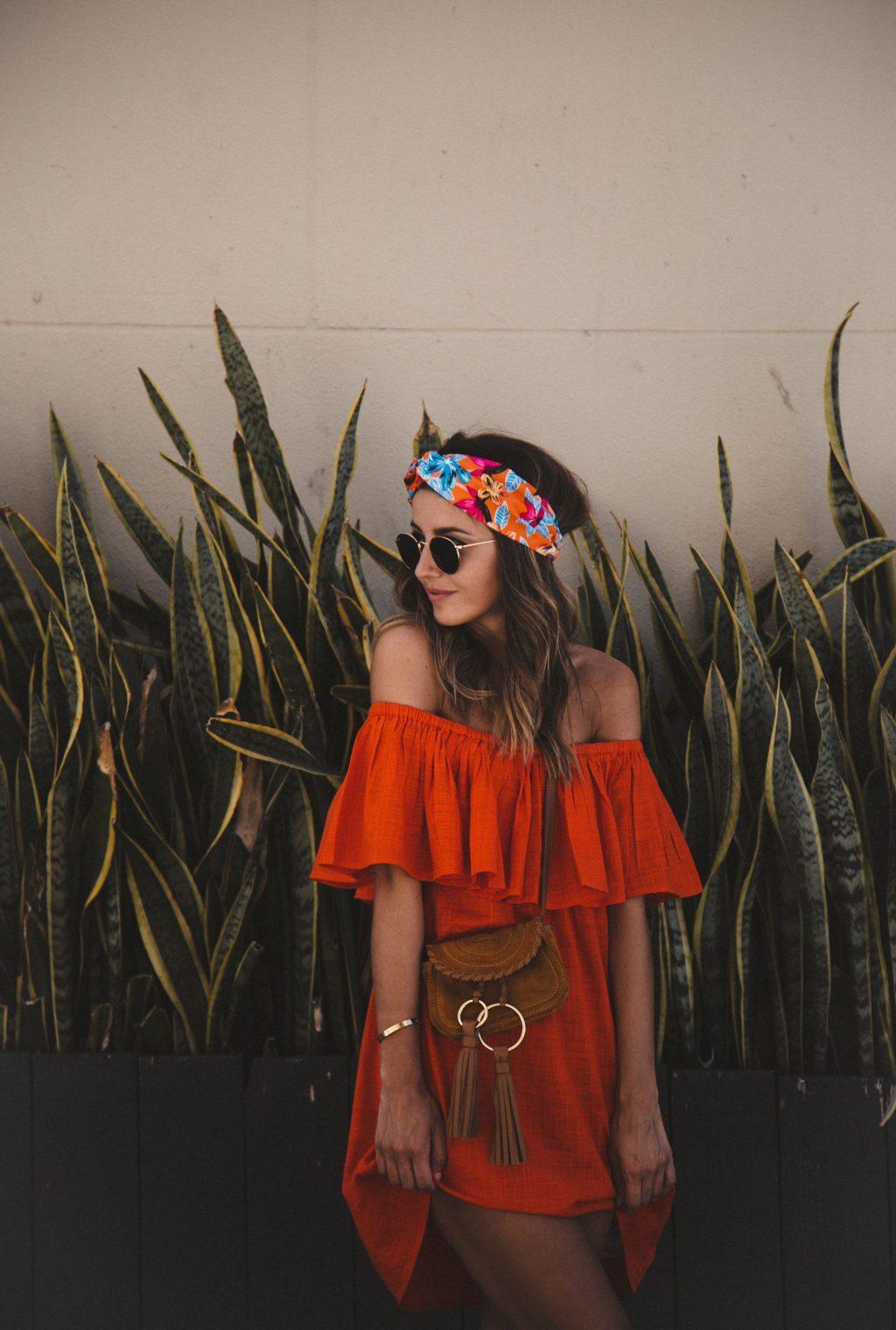 khăn turban hoa và đầm trễ vai