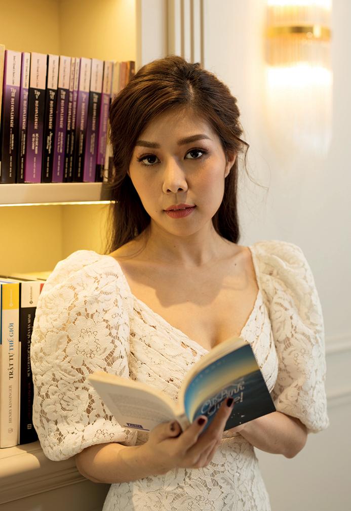 nữ doanh nhân Tuệ Nghi cầm sách