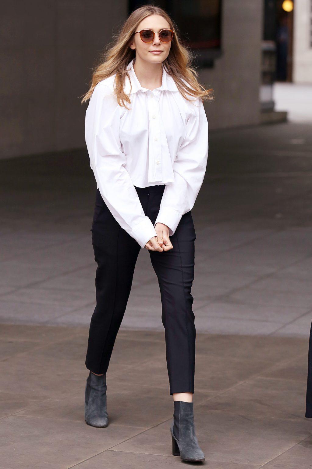 Elizabeth Olsen mặc áo sơ mi trắng và quần đen
