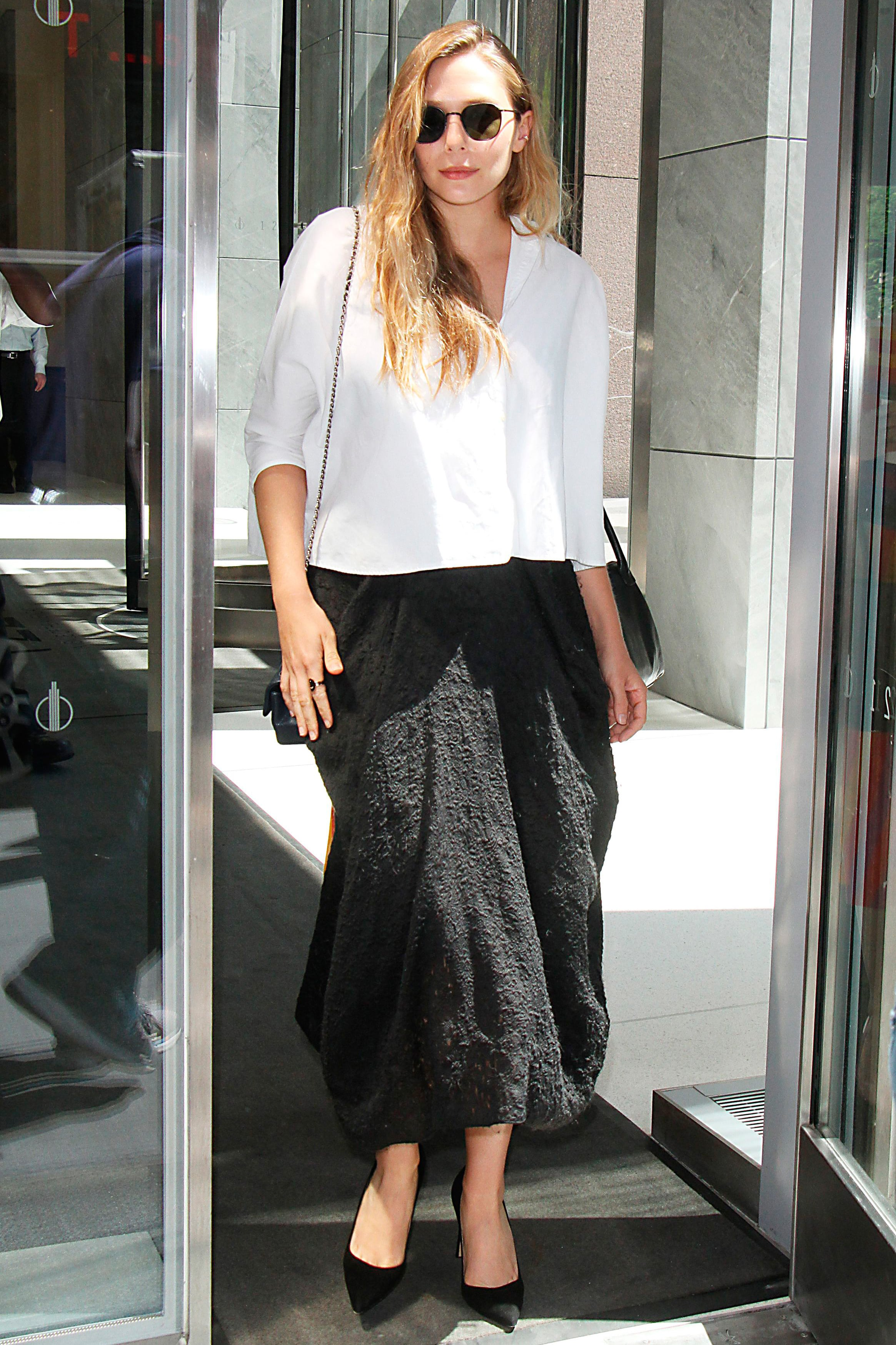 Elizabeth Olsen mặc sơ mi trắng và váy đen