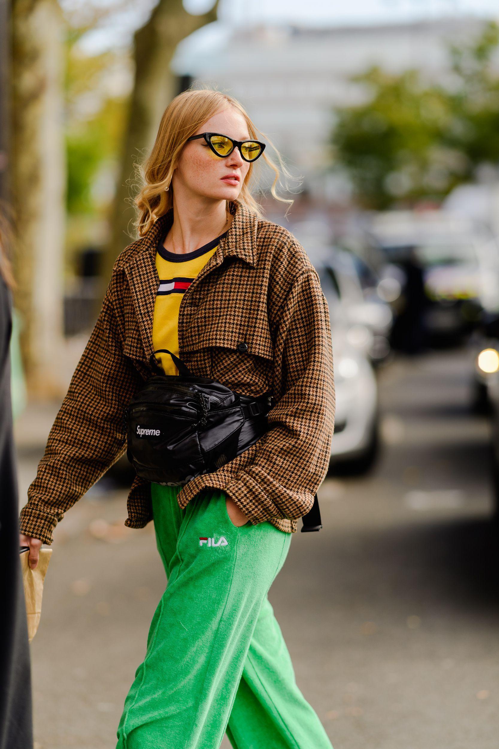 áo thun màu vàng và quần fila màu xanh lá