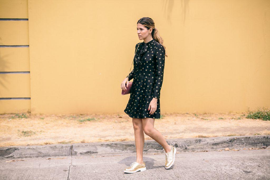 đầm hình ngôi sao màu đen và giày oxford