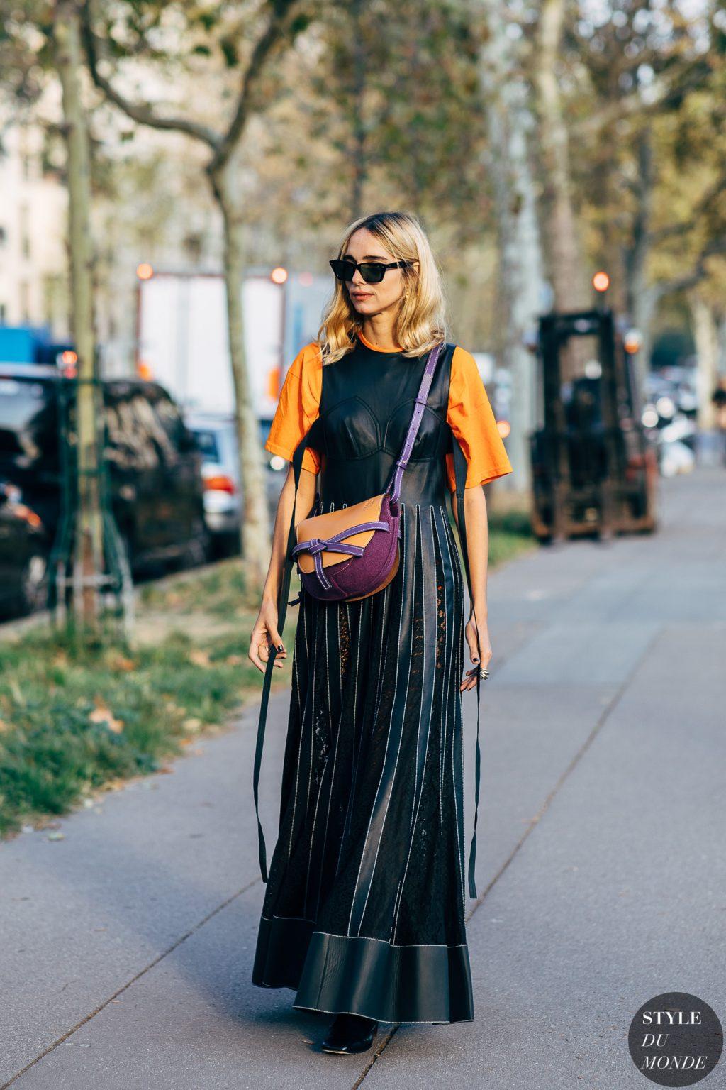áo thun màu cam và chân váy da đen