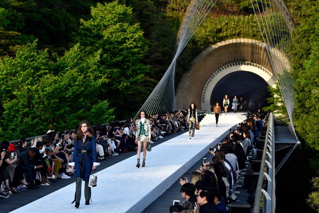 sàn diễn trong đường hầm của Louis Vuitton