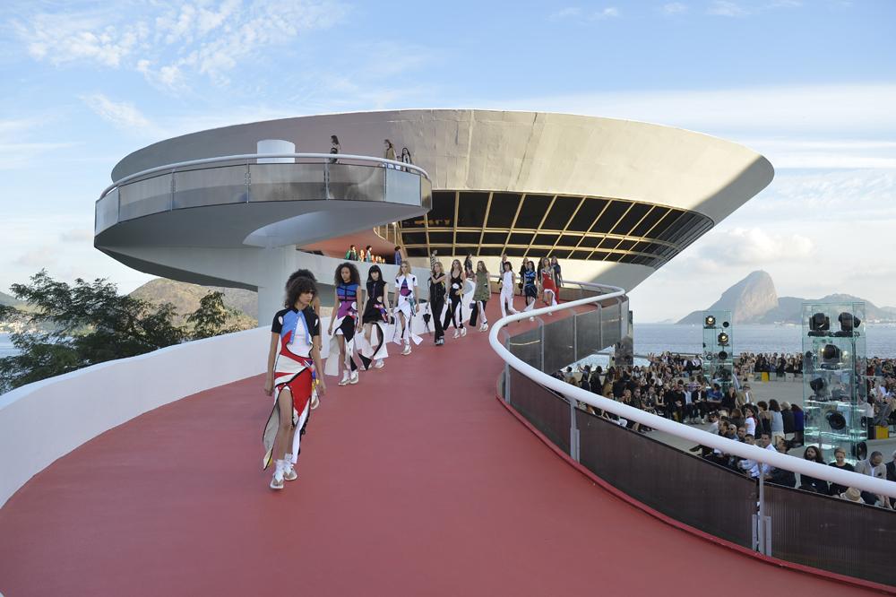 sàn diễn Louis Vuitton tại bảo tàng