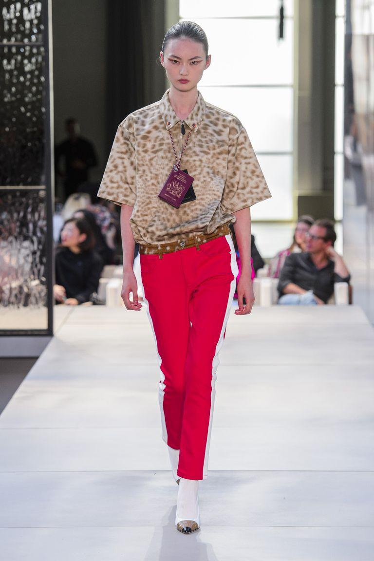 xu hướng thời trang túi xách vòng cổ passport