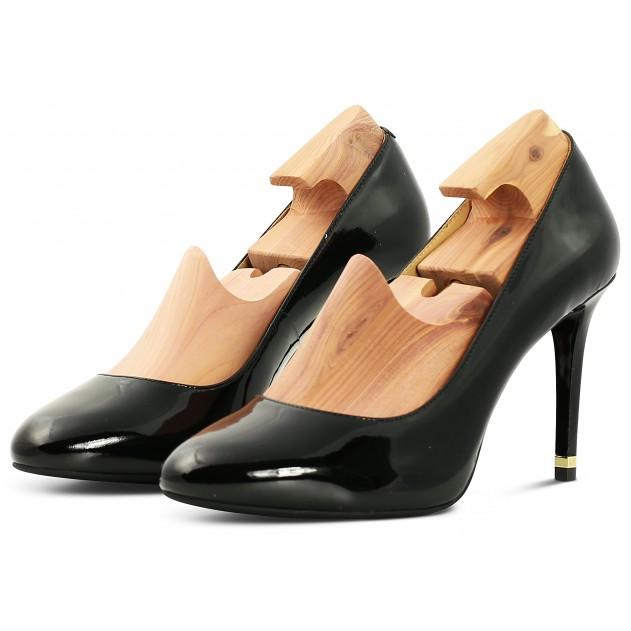 đón giày gỗ vào giày cao gót