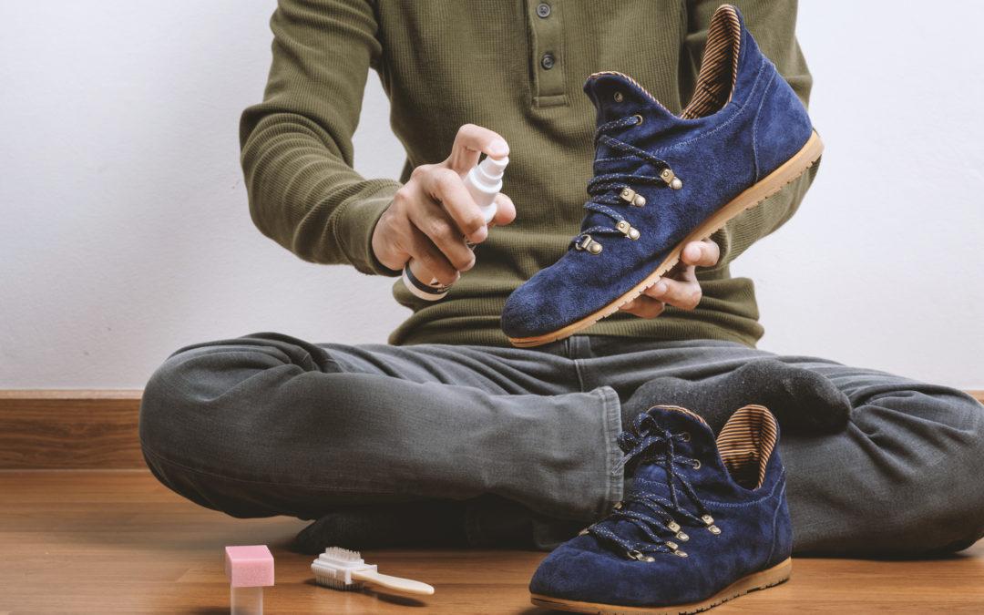 người đàn ông xịt chống thấm bảo quản giày