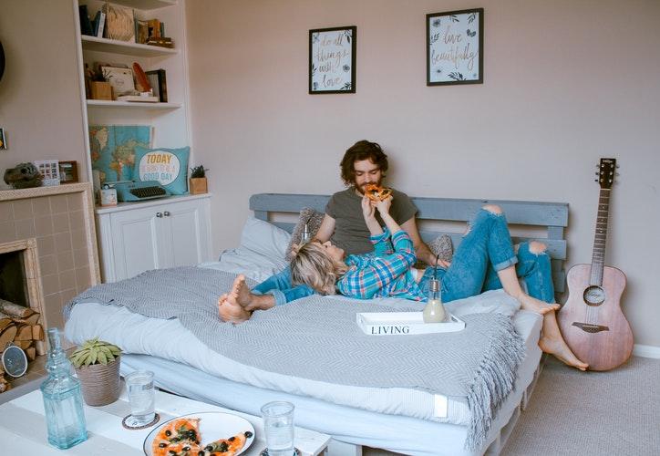 cặp đôi nằm chơi trên giường