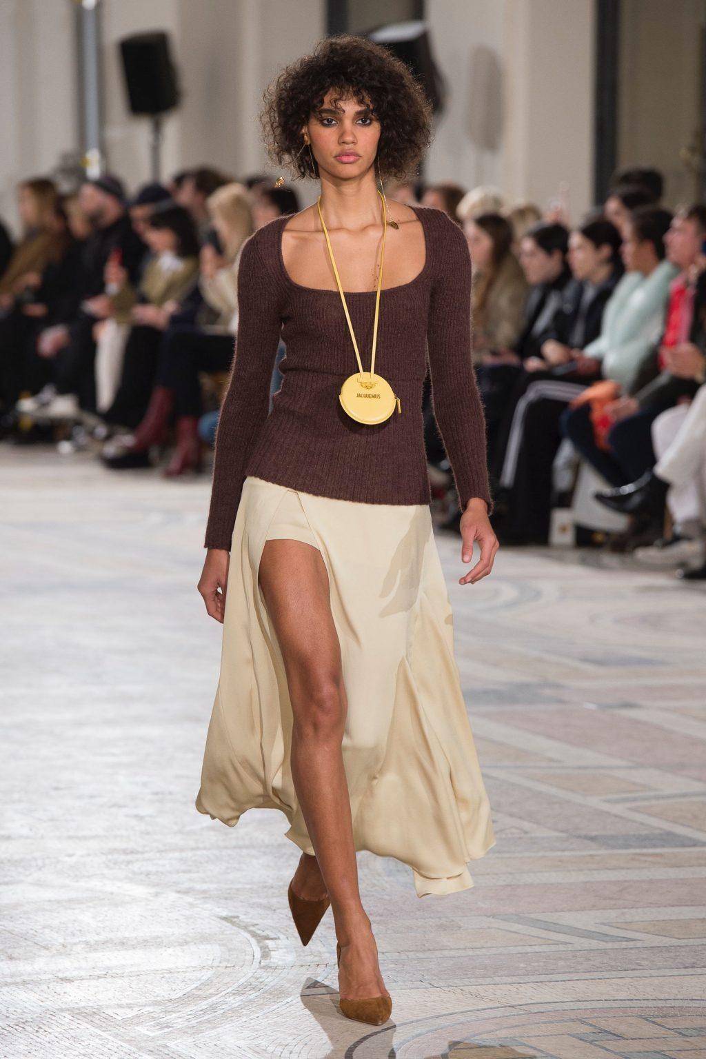 người mẫu diện túi xách đeo cổ trên sàn diễn