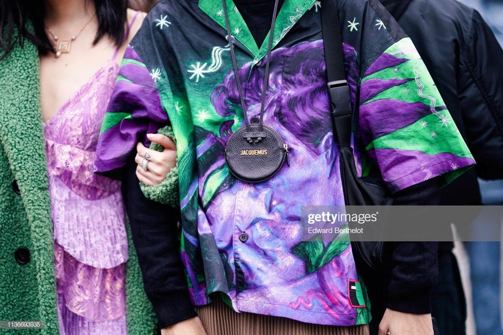 túi xách đeo cổ Jacquemus trên đường phố