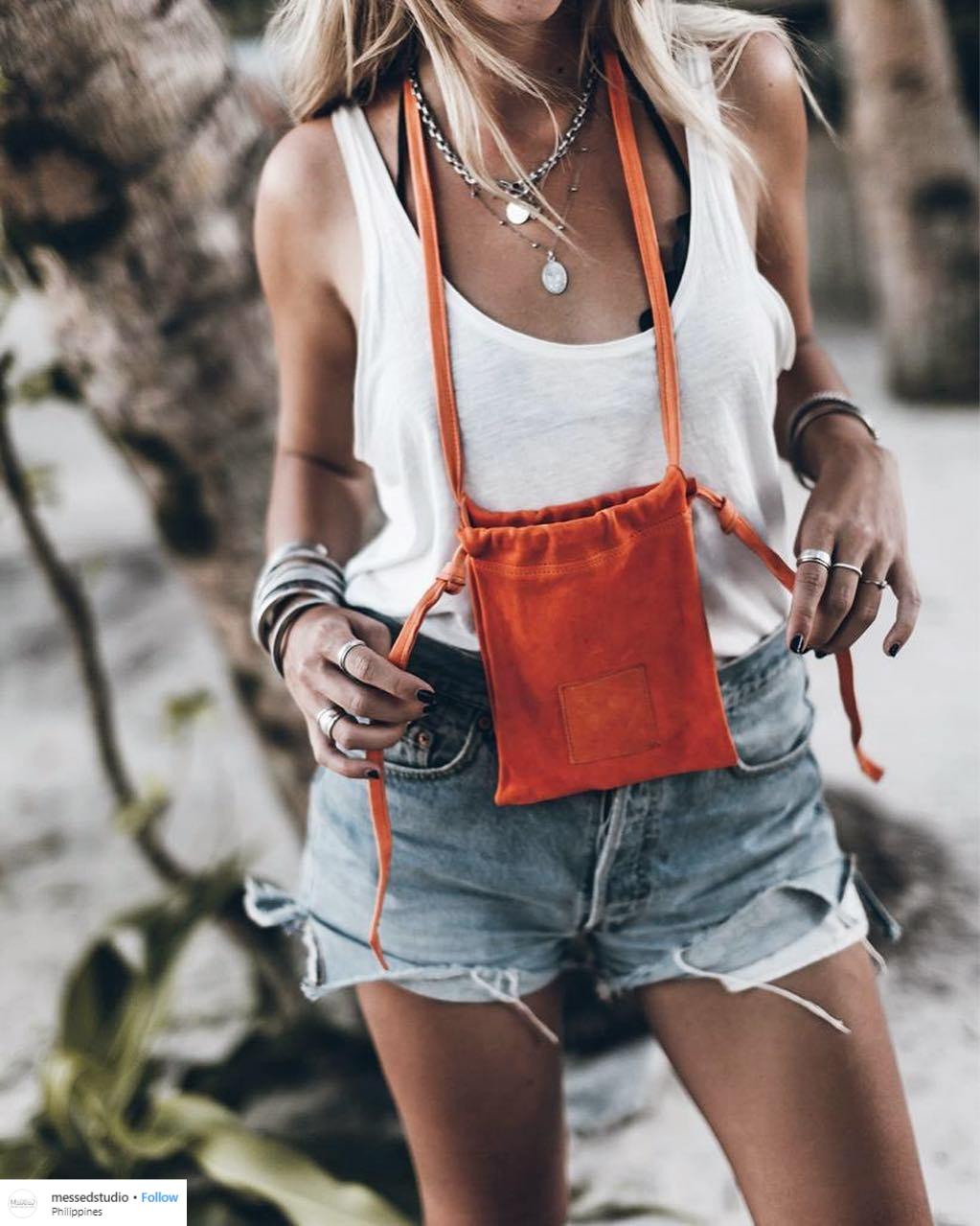 túi xách đeo cổ màu cam và quần shorts mùa Hè