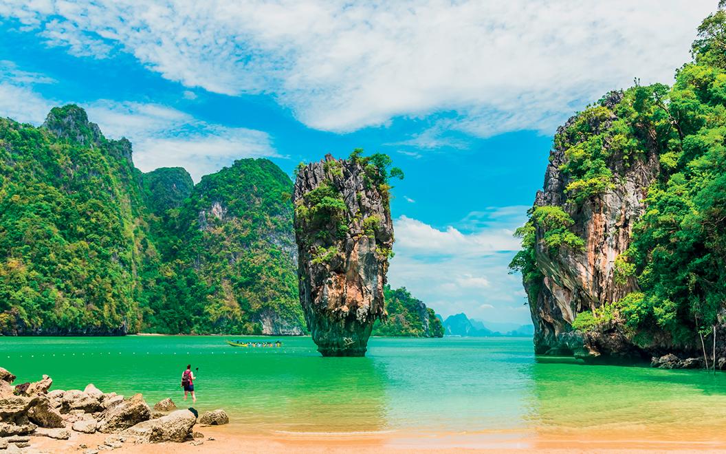 vùng biển xanh trong và những cột đá tự nhiên ở phuket