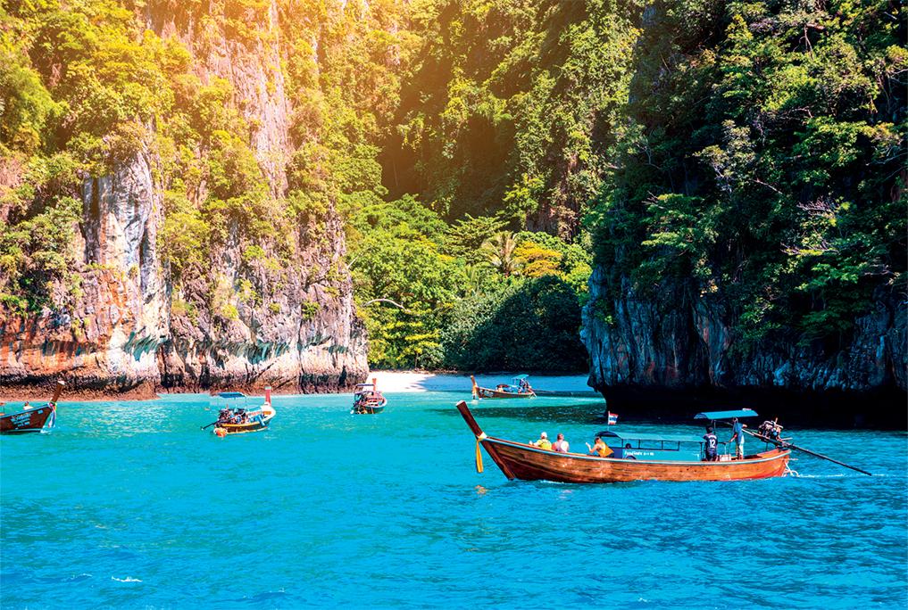 những chiếc thuyền trôi trên mặt nước trong xanh