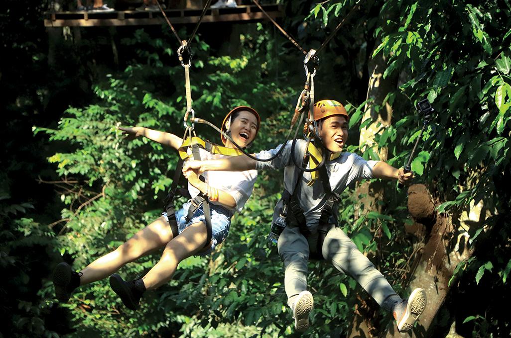 khách du lịch chơi trò chơi mạo hiểm ở phuket