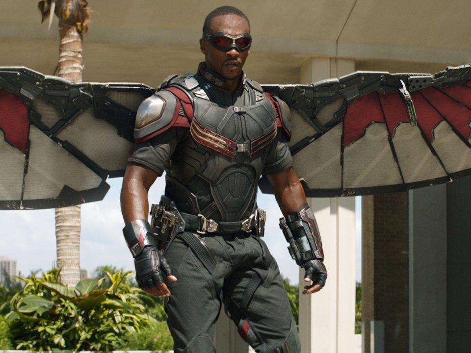 người đàn ông mặc bộ áo giáp sắt có cánh