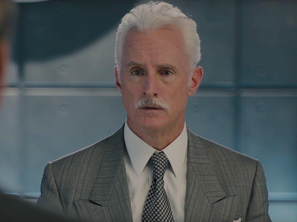 người đàn ông tóc trắng để ria mép và mặc suit