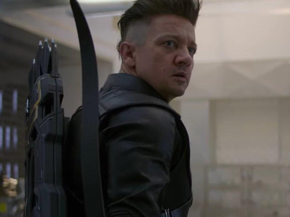 người đàn ông để tóc undercut mặc áo đen và đeo cung tên