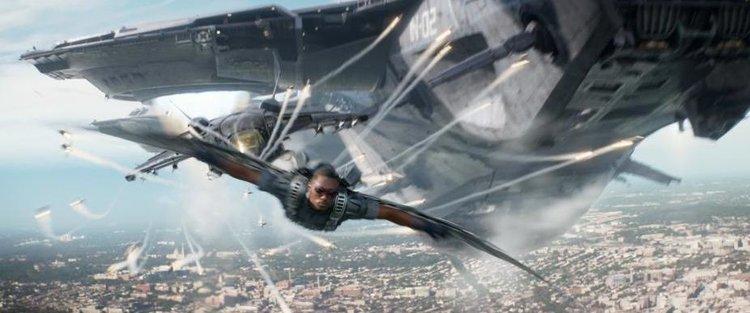 người đàn ông bay phía trước con tàu không gian