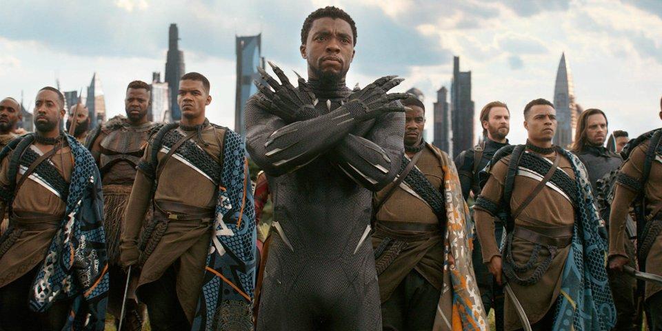ngươi đàn ông da đen choàng tay trước ngực và nhiều người phía sau