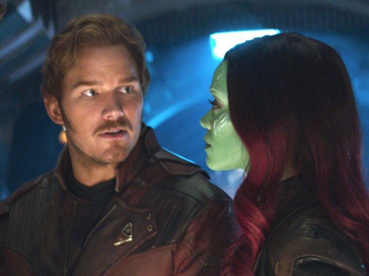 người đàn ông nhìn cô gái da xanh tóc đỏ