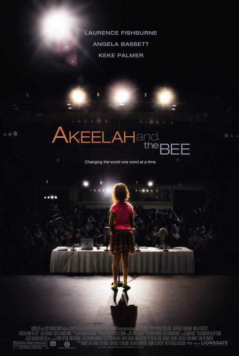 Co gái nhỏ đứng trước ánh đèn sân khấu