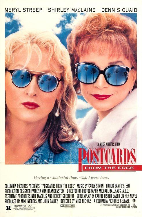 Hai người phụ nữ đeo kính râm màu xanh